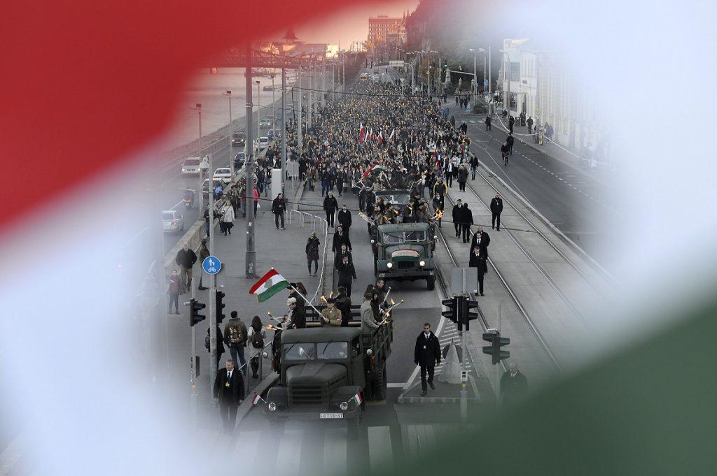 Budapest, 2016. október 22.Az 1956-os forradalom és szabadságharc tiszteletére szervezett fáklyás felvonulás résztvevõi a Raoul Wallenberg rakparton 2016. október 22-én.MTI Fotó: Soós Lajos
