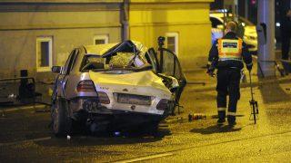 Budapest, 2016. október 21. Összeroncsolódott személyautó a Hungária körút és a Thököly út keresztezõdésében 2016. október 21-re virradó éjjel. Az autó összeütközött egy másik személyautóval, a jármûvek elsodortak egy gyalogost, aki a helyszínen meghalt. MTI Fotó: Mihádák Zoltán