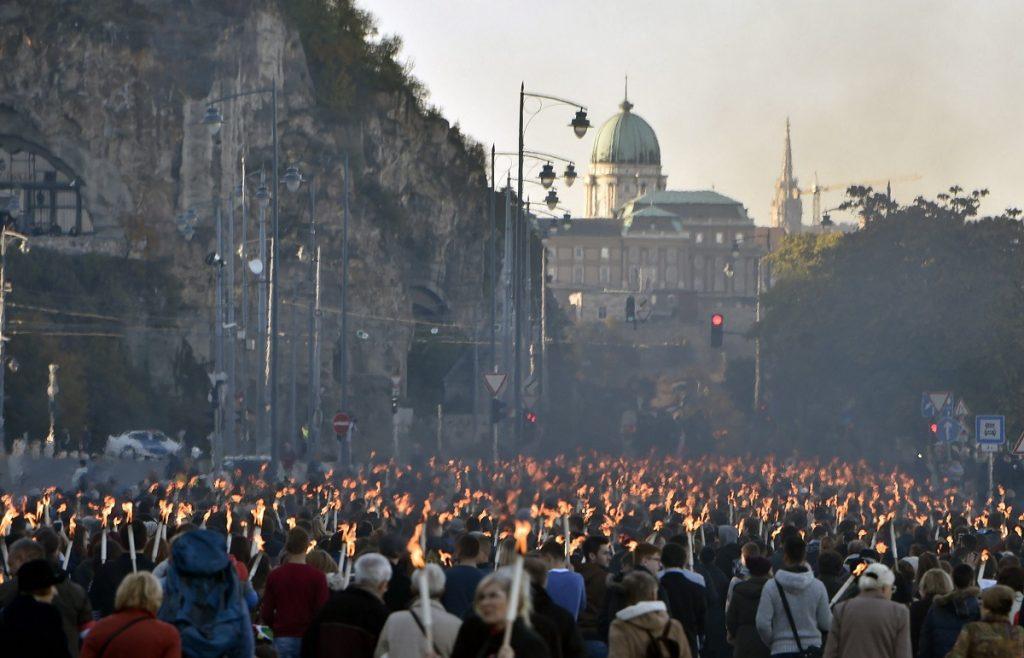 Budapest, 2016. október 22.Az 1956-os forradalom és szabadságharc tiszteletére szervezett ünnepi menet résztvevõi vonulnak a Mûegyetemtõl a Bem József térre a Mûegyetem rakparton 2016. október 22-én.MTI Fotó: Máthé Zoltán