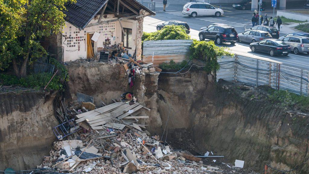 Debrecen, 2016. október 9. Épülõ mélygarázsba dõlt lakóépület Debrecenben, a Hunyadi utcán 2016. október 9-én. A baleset, amely során senki sem sérült meg, éjszaka történt. A lakóépületben heten tartózkodtak, õk kimenekültek a házból. MTI Fotó: Czeglédi Zsolt