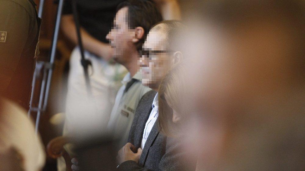 Budapest, 2016. július 12. Tarsoly Csaba (k) a tárgyalóteremben az ellene és társai ellen indított büntetõper tárgyalásán a Fõvárosi Törvényszéken 2016. július 12-én. Az ügyészség öt vádpontban 5458 rendbeli csalást és sikkasztást ró a vádlottak terhére. A Tarsoly Csabát érintõ cselekmények száma a vád szerint 753 rendbeli. MTI Fotó: Szigetváry Zsolt