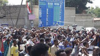 Bishoftu, 2016. október 2. Résztvevõk vonulnak egy évente rendezett vallási ünnepségen a közép-etiópiai Bishoftu városban 2016. október 2-án. A rendezvényt kormányellenes tüntetõk zavarták meg, akik ellen a rendõrség könnygázzal és gumilövedékkel lépett fel. A menekülõ tömeg embereket taposott halálra, és többen egy mély árokba zuhantak. (MTI/AP)