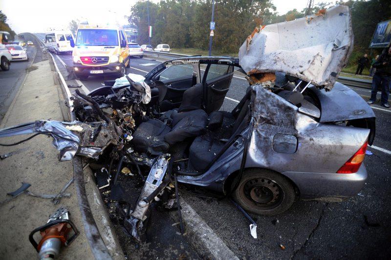 Budapest, 2016. október 23. Összetört személygépkocsi a Ferihegyi Repülõtérre vezetõ úton, ahol négy jármû ütközött 2016. október 23-án. A balesetben nyolcan megsérültek, egyikük életveszélyesen. MTI Fotó: Mihádák Zoltán