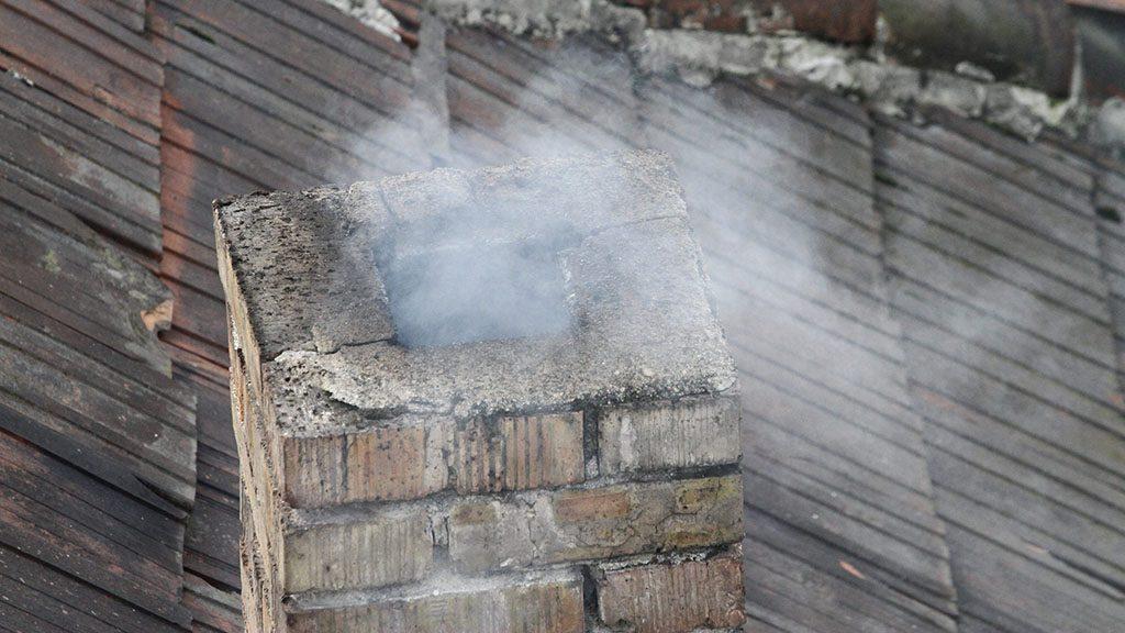 Miskolc, 2014. január 2.Füstölő kémény Miskolcon 2014. január 2-án. A levegő magas szállópor-koncentrációja miatt Putnok és Sajószentpéter levegőjét veszélyesnek, Miskolcét és Kazincbarcikáét egészségtelennek minősítette az Országos Környezetegészségügyi Intézet.MTI Fotó: Vajda János
