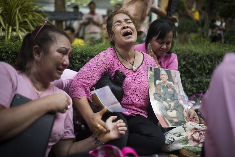 BANGKOK, THAILAND - OCTOBER 13: People react after learning of the death of Thailand's King Bhumibol Adulyadej on October 13, 2016 in Bangkok, Thailand. King Bhumibol, the world's longest reigning monarch, died at 88 in Bangkok's Siriraj Hospital on Thursday.  (Photo by Borja Sanchez Trillo/Getty Images)