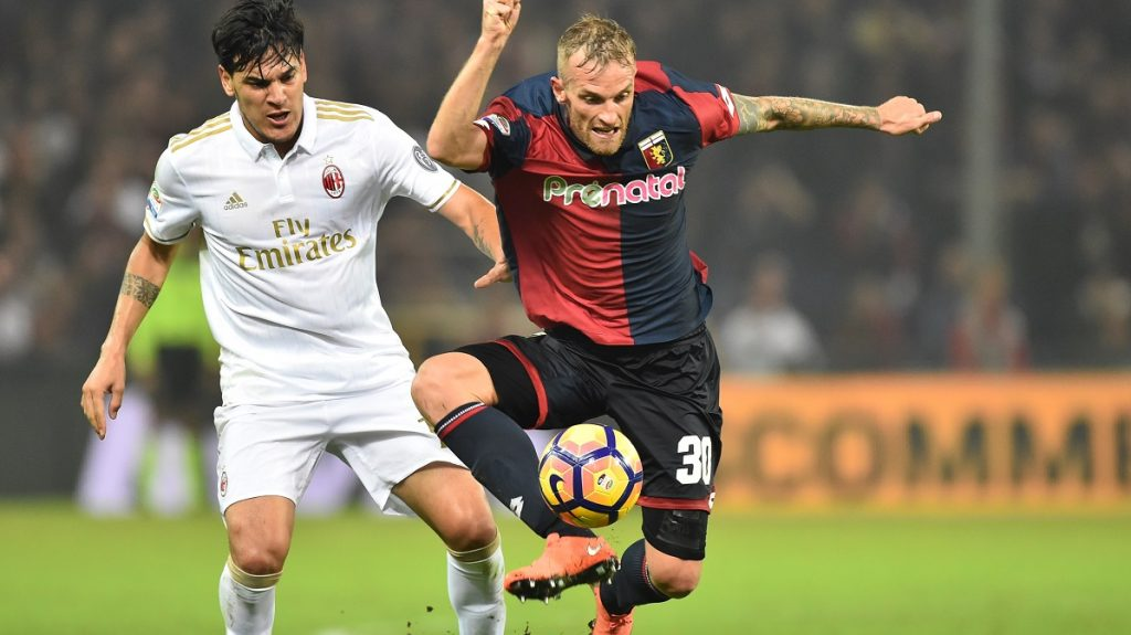 """Genoa's midfilederr from Italy Luca Rigoni (R) fights for the ball with AC Milan's defender from Paraguay Gustavo Gomez during the Italian Serie A football match Genoa vs AC Milan at """"Luigi Ferraris"""" Stadium in Genova on October 25, 2016.  / AFP PHOTO / GIUSEPPE CACACE"""