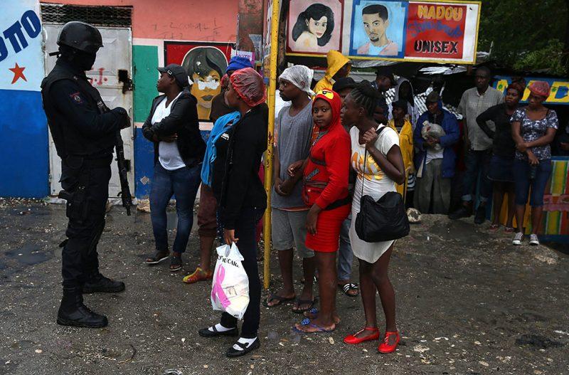 Port au Prince, 2016. október 5.A Matthew névre keresztelt trópusi vihar miatt evakuált lakosság Haiti fővárosában, Port au Prince-ben 2016. október 4-én. (MTI/EPA/Orlando Barria)