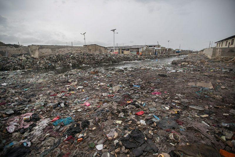 Port-au-Prince, 2016. október 3.Szeméthalom Port-au-Prince egyik szegénynegyedében a Matthew névre keresztelt trópusi vihar érkezése előtt 2016. október 3-án. Az elmúlt évek egyik legnagyobb erejű hurrikánjának érkezése miatt a hatóságok már megkezdték a lakosság biztonságos helyre menekítését.   (MTI/EPA/Bahare Khodabande)