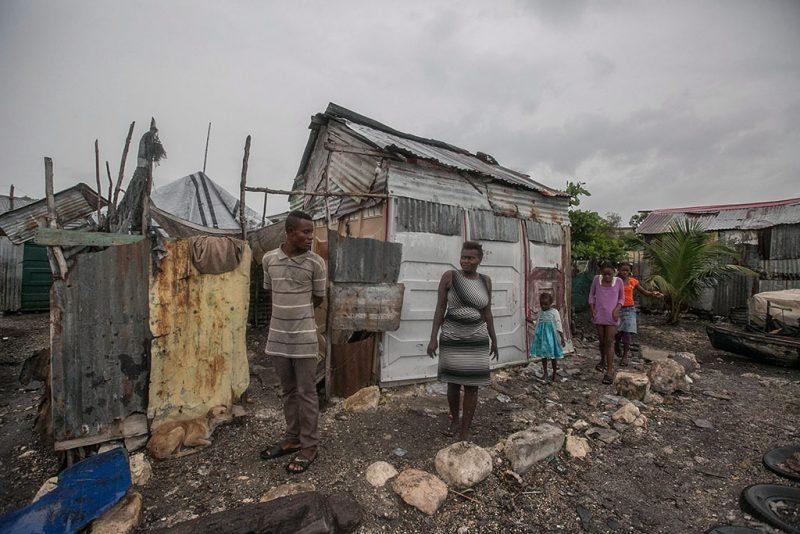 Port-au-Prince, 2016. október 3.Viskóik előtt állnak emberek Port-au-Prince egyik szegénynegyedében a Matthew névre keresztelt trópusi vihar érkezése előtt 2016. október 3-án. Az elmúlt évek egyik legnagyobb erejű hurrikánjának érkezése miatt a hatóságok már megkezdték a lakosság biztonságos helyre menekítését.   (MTI/EPA/Bahare Khodabande)