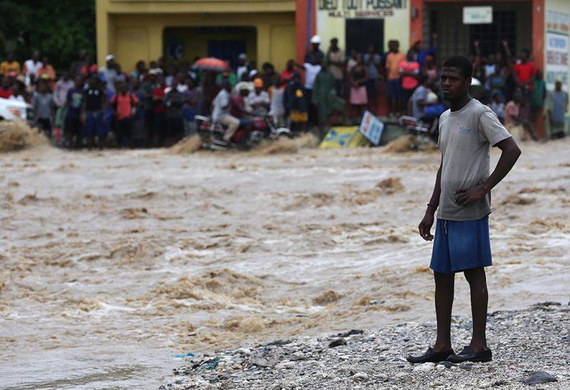 Grand-Goave, 2016. október 6.Egy férfi, mielőtt átkel a Matthew névre keresztelt trópusi vihar miatt elöntött utcák egyikén a Haiti délnyugati részén fekvő Grand-Goavéban 2016. október 5-én. Eddig legkevesebb 26 halálos áldozatot követelt és súlyos károkat okozott a Karib-tengeri térségben a hurrikán, amely helyi idő szerint október 6-án este éri el Florida keleti partjait. (MTI/EPA/Orlando Barria)