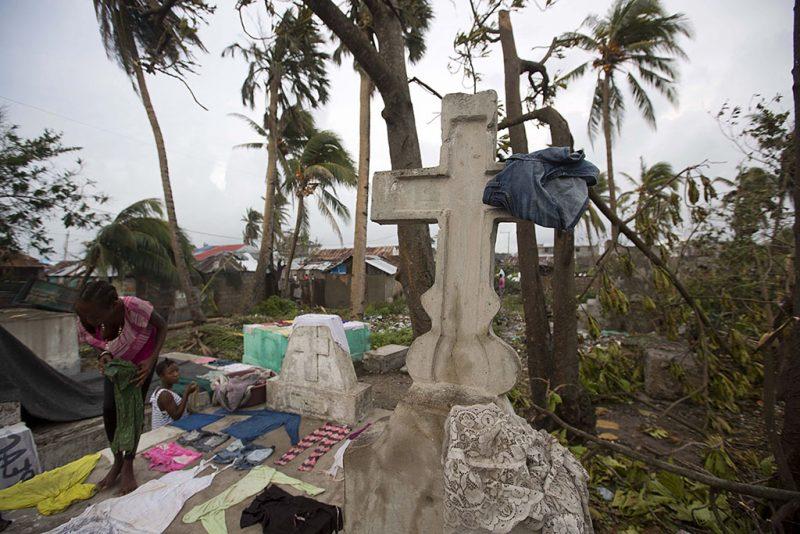 Les Cayes, 2016. október 6.Egy kislány sírkövekre tereget vizes ruhákat a Les Cayes-i temetőben, Haitin 2016. október 6-án, a Matthew névű trópusi vihar elvonulása után. Az elmúlt évtized egyik legerősebb hurrikánjaként számon tartott Matthew heves esőzésekkel és óránkénti 230 kilométeres széllökésekkel söpört végig Haitin, ahol a halálos áldozatok száma elérte a 136 főt. (MTI/AP/Dieu Nalio Chery)
