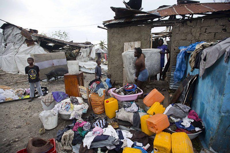 Les Cayes, 2016. október 6.Ruhákat, takarókat és matracokat szárítanak egy család tagjai Les Cayesben, Haitin 2016. október 6-án, a Matthew névű trópusi vihar elvonulása után. Az elmúlt évtized egyik legerősebb hurrikánjaként számon tartott Matthew heves esőzésekkel és óránkénti 230 kilométeres széllökésekkel söpört végig Haitin, ahol a halálos áldozatok száma elérte a 136 főt. (MTI/AP/Dieu Nalio Chery)