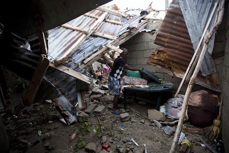 Les Cayes, 2016. október 6.Megrongálódott, bádogtetős épület Les Cayesben, Haitin 2016. október 6-án, a Matthew névű trópusi vihar elvonulása után. Az elmúlt évtized egyik legerősebb hurrikánjaként számon tartott Matthew heves esőzésekkel és óránkénti 230 kilométeres széllökésekkel söpört végig Haitin, ahol a halálos áldozatok száma elérte a 136 főt. (MTI/AP/Dieu Nalio Chery)