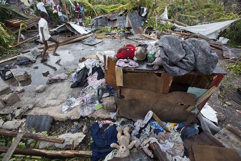 Les Cayes, 2016. október 6.Ruhák és cipők és személyes tárgyak hevernek a földön egy ház udvarán Les Cayesben, Haitin 2016. október 6-án, a Matthew névű trópusi vihar elvonulása után. Az elmúlt évtized egyik legerősebb hurrikánjaként számon tartott Matthew heves esőzésekkel és óránkénti 230 kilométeres széllökésekkel söpört végig Haitin, ahol a halálos áldozatok száma elérte a 136 főt. (MTI/AP/Dieu Nalio Chery)