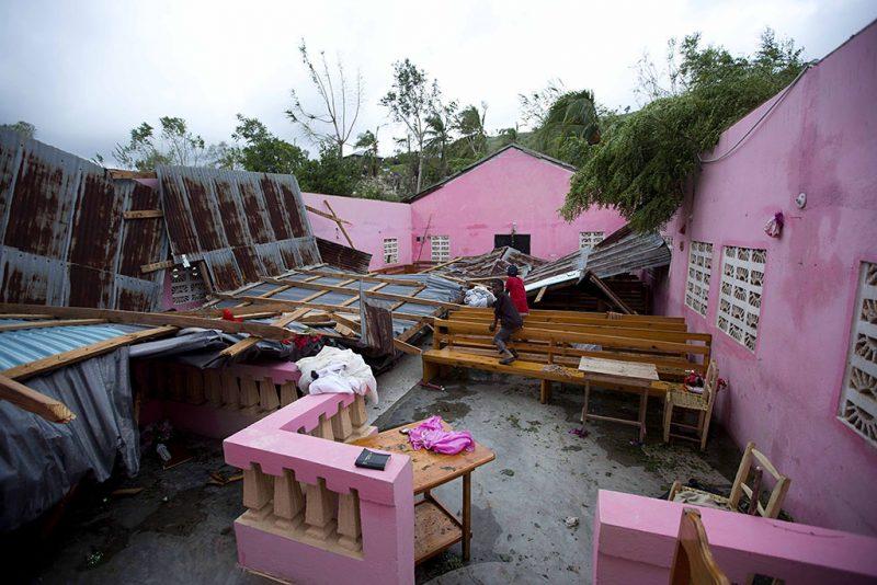 Saint-Louis, 2016. október 6.Gyerekek a Matthew névre keresztelt trópusi vihar által elpusztított lakóházak egyikében a Haitiban fekvő Saint-Louisban 2016. október 5-én. Eddig legkevesebb 26 halálos áldozatot követelt és súlyos károkat okozott a Karib-tengeri térségben a hurrikán, amely helyi idő szerint október 6-án este éri el Florida keleti partjait. (MTI/AP/Dieu Nalio Chery)