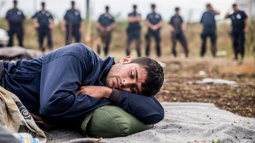 Horgos, 2016. július 26.Egy éhségsztrájkot folytató migráns alszik a szerb-magyar határ közelében, Horgosnál 2016. július 26-án. Két nappal korábban 130 migráns érkezett gyalog Belgrádból Horgosra, akik közül július 25-én mindössze negyvenen folytattak éhségsztrájkot a tranzitzóna közelében, hogy Magyarország megnyissa a határt előttük.MTI Fotó: Balogh Zoltán