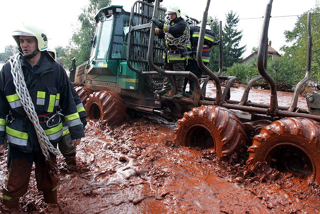 Devecser, 2010. október 4.Egy erdészeti munkagéppel közelítenek meg a tűzoltók egy elárasztott utcát Devecserben, miután Ajkán átszakadt az iszaptároló gátja, és az erősen mérgező iszap elérte a települést. A víz rendkívül erős, 13 pH értékű lúgot tartalmaz.MTI Fotó: Nagy Lajos
