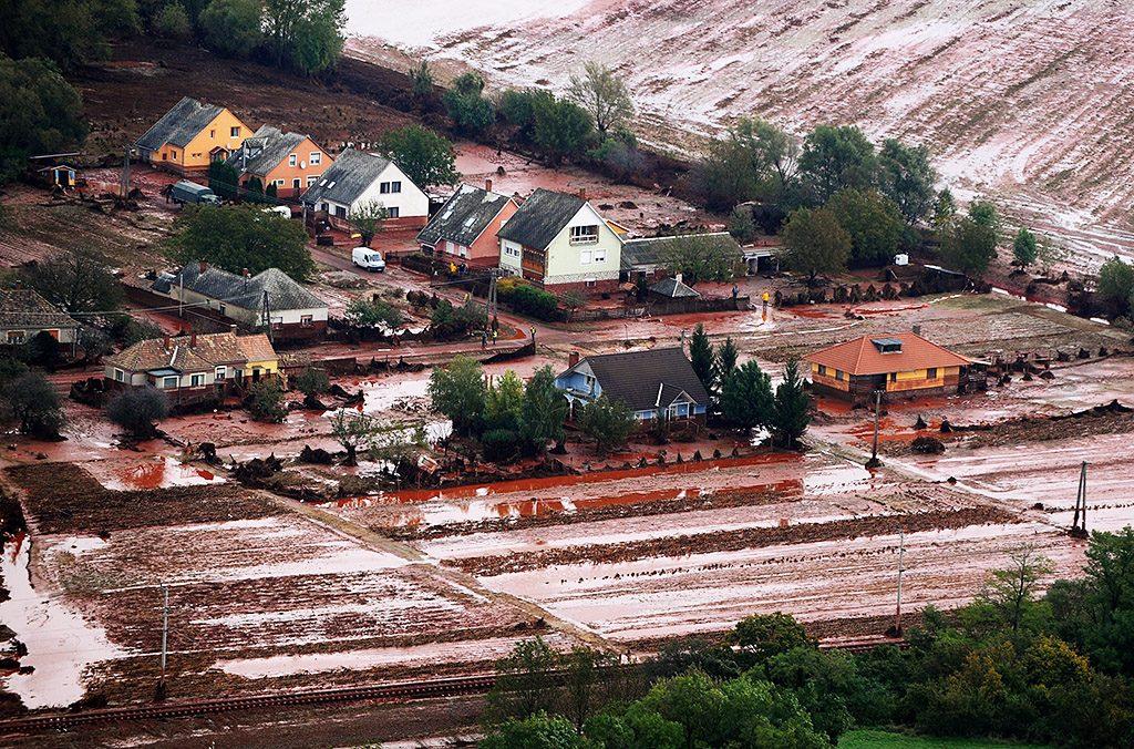 Kolontár, 2010. október 8.Vörösiszap borítja az ipari katasztrófa által sújtott Veszprém megyei Kolontár utcáit 2010. október 6-án. A Magyar Alumínium Termelő és Kereskedelmi Zrt. (MAL Zrt.) Ajka melletti tározójából 2010. október 4-én mintegy egymillió köbméternyi mérgező, maró hatású vörösiszap ömlött ki gátszakadás miatt. Az áradás három települést - Devecser, Kolontár, Somlóvásárhely - öntött el. Mintegy 40 négyzetkilométeres terület lakossága és élővilága van veszélyben.MTI Fotó: H. Szabó Sándor