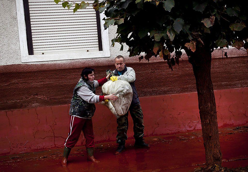 Devecser, 2010. október 5.Emberek az értékeiket mentik Devecseren, miután a Magyar Alumínium Termelő és Kereskedelmi Zrt. (MAL Zrt.) Ajka melletti tározójából 2010. október 4-én mintegy egymillió köbméternyi mérgező, maró hatású vörösiszap ömlött ki gátszakadás miatt. A térségben katasztrófahelyzet alakult ki. Az áradás három települést - Devecser, Kolontár, Somlóvásárhely - öntött el. Mintegy 40 négyzetkilométeres terület lakossága és élővilága van veszélyben.MTI Fotó: Mohai Balázs