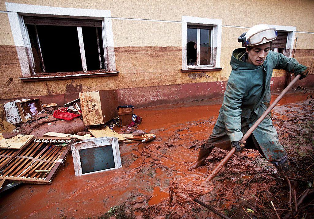 Devecser, 2010. október 6.Egy férfi vöröiszapot lapátol Devecseren. A Magyar Alumínium Termelő és Kereskedelmi Zrt. (MAL Zrt.) Ajka melletti tározójából 2010. október 4-én mintegy egymillió köbméternyi mérgező, maró hatású vörösiszap ömlött ki gátszakadás miatt. A katasztrófa három települést - Devecser, Kolontár, Somlóvásárhely – érint, közel 40 négyzetkilométeres terület lakossága és élővilága van veszélyben.MTI Fotó: Mohai Balázs
