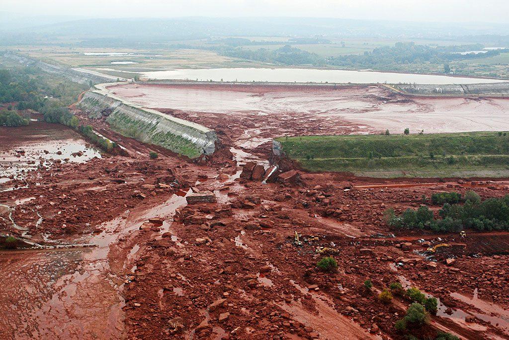 Kolontár, 2010. október 5.A Magyar Alumínium Termelő és Kereskedelmi Zrt. (MAL Zrt.) Ajka melletti tározójának átszakadt gátja. 2010. október 4-én mintegy egymillió köbméternyi mérgező, maró hatású vörösiszap ömlött ki a gátszakadás miatt. A térségben katasztrófahelyzet alakult ki. Az áradás három települést - Devecser, Kolontár, Somlóvásárhely - öntött el. Mintegy 40 négyzetkilométeres terület lakossága és élővilága van veszélyben.MTI Fotó: Varga György
