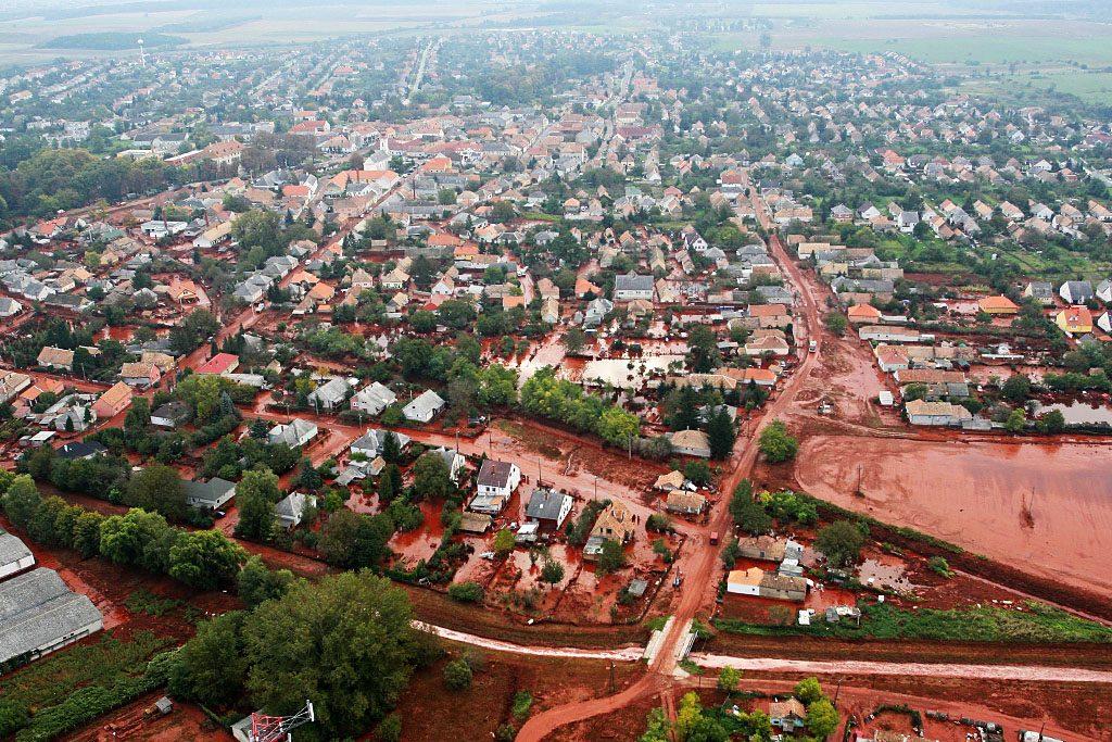 Devecser, 2010. október 5.Vörösiszap borítja a Veszprém megyei Devecser utcáit, miután a Magyar Alumínium Termelő és Kereskedelmi Zrt. (MAL Zrt.) Ajka melletti tározójából 2010. október 4-én mintegy egymillió köbméternyi mérgező, maró hatású vörösiszap ömlött ki gátszakadás miatt. A térségben katasztrófahelyzet alakult ki. Az áradás három települést - Devecser, Kolontár, Somlóvásárhely - öntött el. Mintegy 40 négyzetkilométeres terület lakossága és élővilága van veszélyben.MTI Fotó: Varga György