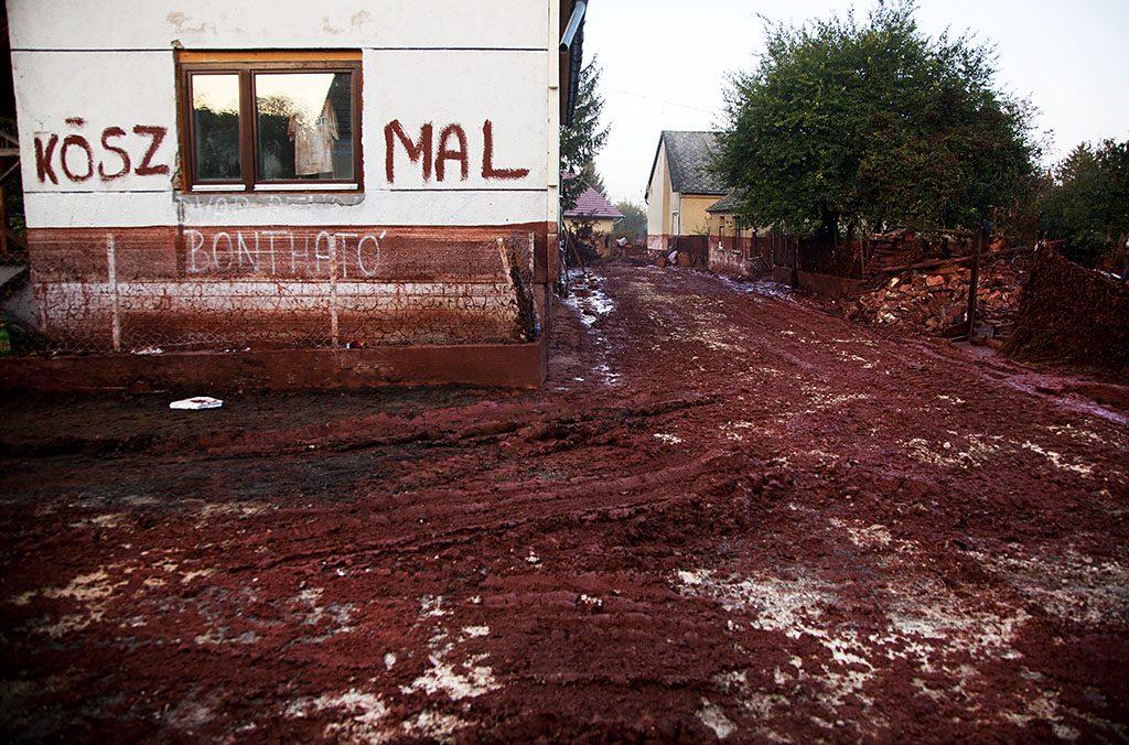 Devecser, 2010. október 11.Bontásra váró ház egy vörösiszappal borított utcán 2010. október 11-én az ipari katasztrófa által sújtott Veszprém megyei Devecseren. 2010. október 4-én a Magyar Alumínium Termelő és Kereskedelmi Zrt. (Mal Zrt.) Ajka melletti tározójából gátszakadás miatt mintegy egymillió köbméternyi mérgező, maró hatású vörösiszap ömlött ki Devecser, Kolontár és Somlóvásárhely településekre. Mintegy 40 négyzetkilométeres terület lakossága és élővilága van veszélyben.MTI Fotó: Mohai Balázs