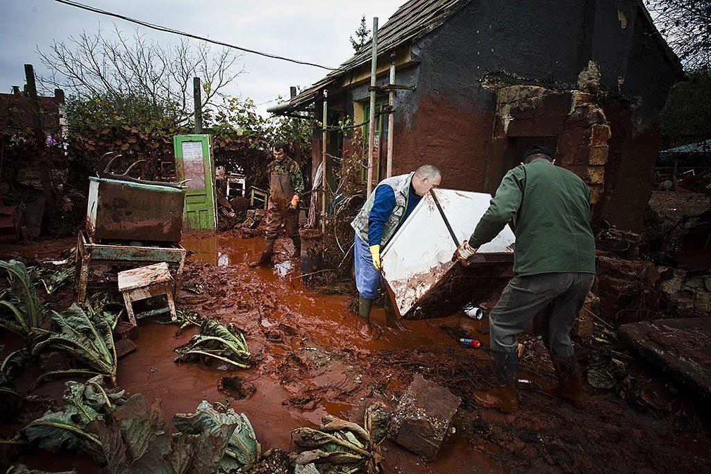 Kolontár, 2010. október 6.Emberek a megmaradt értékeiket mentik, miután a hatóságok megnyitották Kolontár azon részét, amelyet két nappal korábban a vörösiszap-áradás elzárt, elöntve több tucat házat. A Magyar Alumínium Termelő és Kereskedelmi Zrt. (MAL Zrt.) Ajka melletti tározójából 2010. október 4-én mintegy egymillió köbméternyi mérgező, maró hatású vörösiszap ömlött ki gátszakadás miatt. A katasztrófahelyzet három települést - Devecser, Kolontár, Somlóvásárhely – érint, közel 40 négyzetkilométeres terület lakossága és élővilága van veszélyben.MTI Fotó: Szigetváry Zsolt
