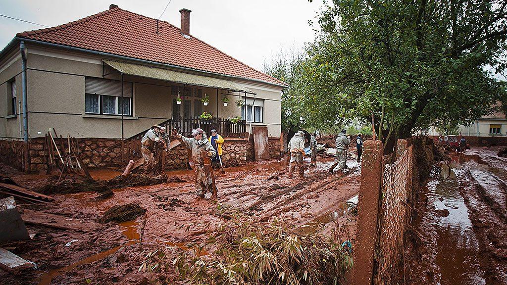 Kolontár, 2010. október 6.Az utcákat és az árkokat tisztító emberek Kolontáron. A MAL Zrt. Ajka melletti egyik tározójának gátja október 4-én átszakadt, mintegy egymillió köbméternyi vörösiszap ömlött ki. A térségben katasztrófahelyzet alakult ki. Az áradás három települést - Devecser, Kolontár, Somlóvásárhely - öntött el. Hivatalosan megerősített információk szerint négyen vesztették életüket az iszapömlés következtében, három embert eltűntként tartanak nyilván, s összesen százhuszonhárman sérültek meg.MTI Fotó: Szigetváry Zsolt