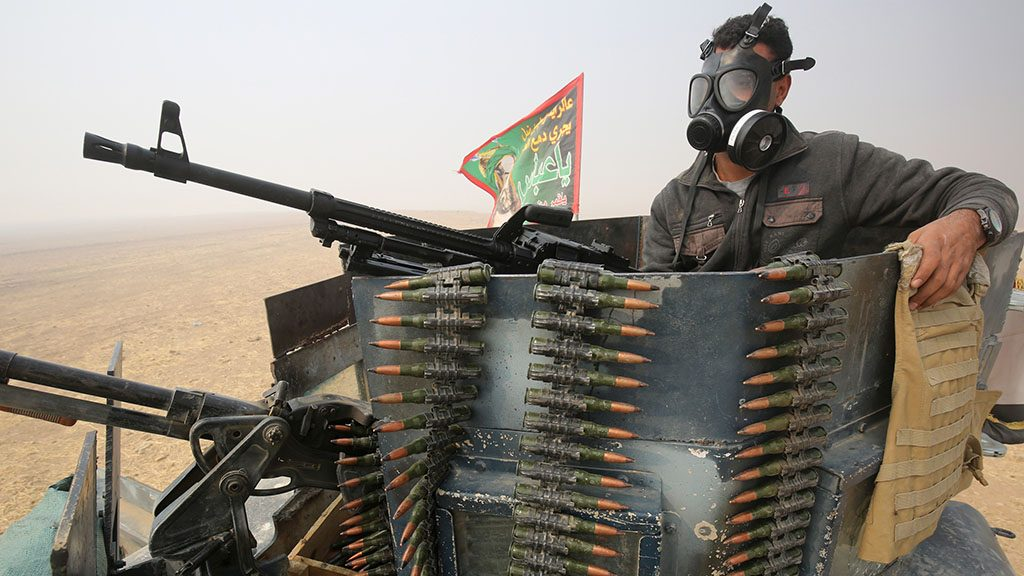 A member of the Iraqi forces holds a position at the al-Shura area, south of Mosul, on October 24, 2016, during an operation to retake the main hub city from the Islamic State (IS) group jihadists.Iraqi forces advancing on Mosul faced stiff resistance from the Islamic State group despite the US-led coalition unleashing an unprecedented wave of air strikes to support the week-old offensive. / AFP PHOTO / AHMAD AL-RUBAYE
