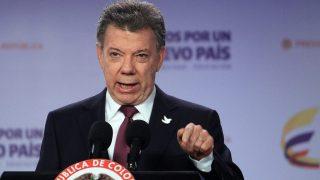 Bogotá, 2016. október 4. Juan Manuel Santos kolumbiai elnök sajtótájékoztatót tart Bogotában 2016. október 3-án, egy nappal azután, hogy a voksolók töbsége nemmel szavazott a kolumbiai kormány és a Kolumbiai Forradalmi Fegyveres Erõk (FARC) nevû szélsõbaloldali gerillaszervezet közötti békeszerzõdésrõl rendezett népszavazáson. Santos itt bejelentette a gerillacsoporttal folytatandó béketárgyalások új fejezetét. (MTI/EPA/Mauricio Duenas Castaneda)