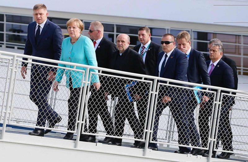 Pozsony, 2016. szeptember 16.Orbán Viktor miniszterelnök (j), Robert Fico szlovák kormányfő (b) és Angela Merkel német kancellár (b2) elhagyja egy dunai sétahajó fedélzetét az Európai Unió tagországai vezetőinek nem hivatalos csúcstalálkozóján Pozsonyban 2016. szeptember 16-án. (MTI/AP/Virginia Mayo)