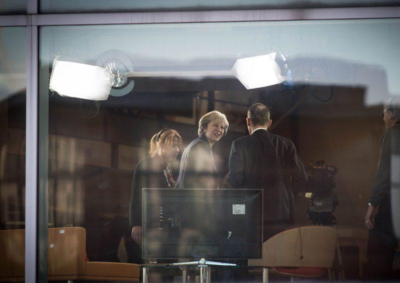 Birmingham, 2016. október 2.Theresa May brit miniszterelnök (k) a BBC televízió politikai magazinműsorának felvétele előtt Birminghamben 2016. október 2-án.  A kormányfő bejelentette, hogy a  brit kormány a jövő év első negyedében indítja el hivatalosan a brit EU-tagság megszüntetéséhez vezető folyamatot. (MTI/AP/Stefan Rousseau)