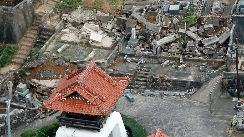 Kurajosi, 2016. október 21. Megrongálódott épületek a nyugat-japáni Tottori prefektúrában lévõ Kurajosi településen a Richter-skála szerinti 6,6-es erõsségû földrengés után 2016. október 21-én. Sérültekrõl és nagyobb károkról egyelõre nem érkezett jelentés. A földmozgás epicentruma az ország legnagyobb szigetén, Honsún lévõ Tottori prefektúrában volt 10 kilométeres mélységben. (MTI/AP/Kyodo News via AP)