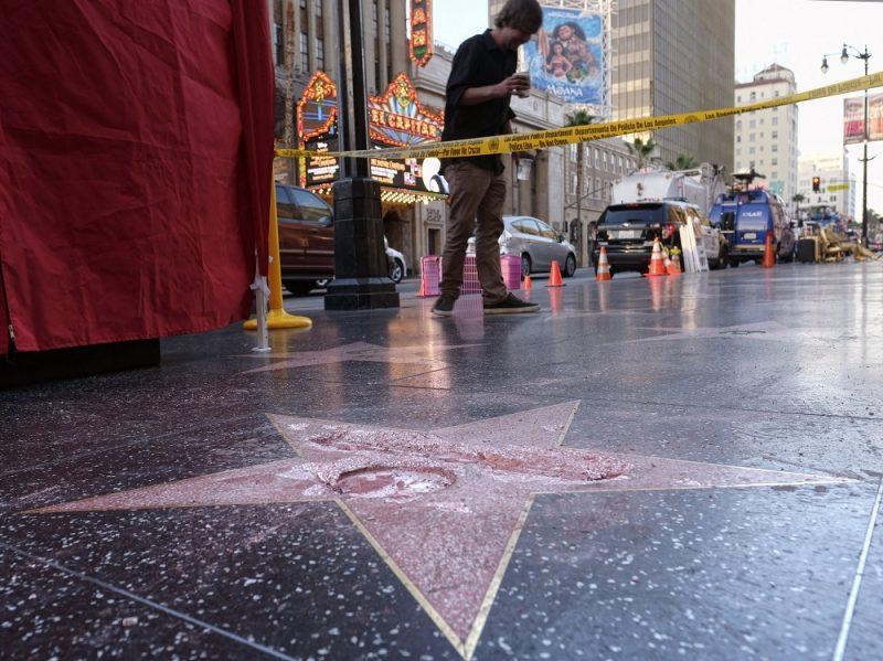 Los Angeles, 2016. október 26. Donald Trump republikánus párti elnökjelölt ismeretlen tettesek által megrongált csillaga a Hollywoodi hírességek sétányán, Los Angelesben 2016. október 26-án. (MTI/AP/Richard Vogel)