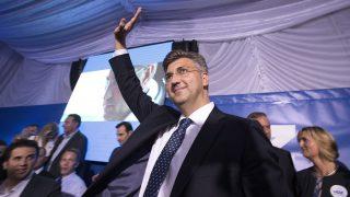 Zágráb, 2016. szeptember 12. Andrej Plenkovic, a konzervatív Horvát Demokratikus Közösség (HDZ) elnöke támogatói körében ünnepel, miután pártja megnyerte meg az elõre hozott horvátországi parlamenti választásokat Zágrábban 2016. szeptember 11-én. (MTI/EPA/Antonio Bat)