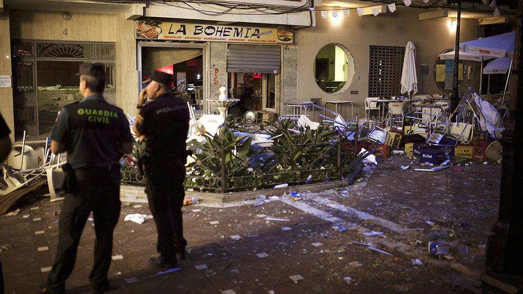Vélez-Málaga, 2016. október 2. Rendőrök a dél-spanyolországi Vélez-Málaga település egyik kávézója előtt, amelynek konyhájában gázrobbanás történt 2016. október 1-jén. Összesen 90 ember sérült meg, közülük öten súlyosan. Bár a vendégeket még időben sikerült kimenekíteni a vendéglátóhelyről, a robbanáskor kitört ablakok szilánkjai mintegy 40 méteres körzetben szóródtak szét, ezek okozták a sérülések többségét. A sérültek száma azért magas, mert a környéken óriási volt a tömeg, a településen ugyanis épp Szent Mihály-napi ünnepséget tartottak. (MTI/EPA/Carlos Dia)
