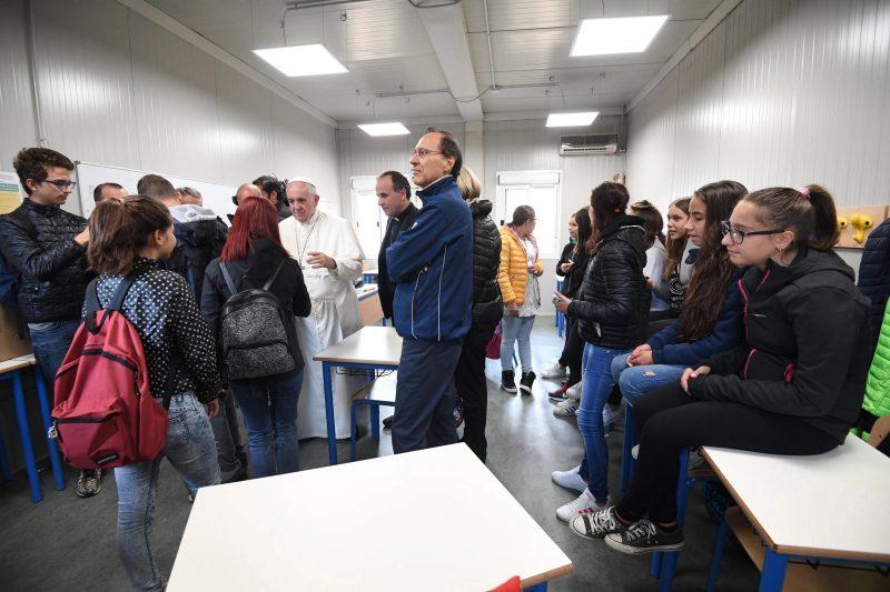 Amatrice, 2016. október 4. Ferenc pápa túlélõ diákokkal és tanárokkal találkozik Amatricében 2016. október 4-én. Az olasz településen okozta a legnagyobb pusztítást az augusztus 24-i 6,2-es erõsségû földrengés, amelyben mintegy 300 ember életét vesztette. (MTI/EPA/Alessandro Di Meo)