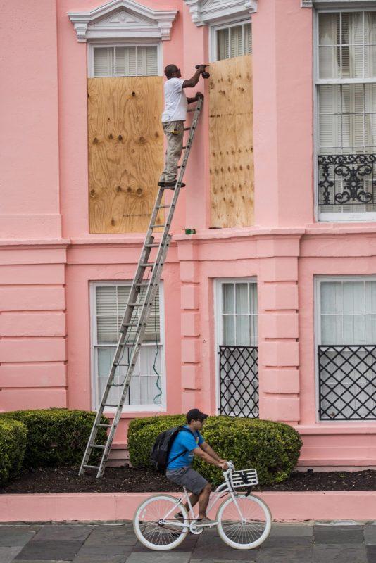 Charleston, 2016. október 5. Bedeszkázza háza ablakait egy férfi a dél-karolinai Charlestonban 2015. október 5-én, a Matthew névre keresztelt trópusi vihar érkezése elõtt. Dél-Karolina teljes területén szükségállapotot hirdettek ki, a partmenti megyékben élõ, mintegy 250 ezer embernek el kell hagynia otthonát és azonnali hatállyal az állam belsõ vidékeire kell mennie.(MTI/EPA/Sean Rayford)
