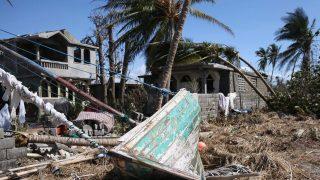 Les Cayes, 2016. október 7. Partra mosott csónak a törmelékek között Les Cayesben, Haitin 2016. október 6-án, a Matthew névû trópusi vihar elvonulása után. Az elmúlt évtized egyik legerõsebb hurrikánjaként számon tartott Matthew heves esõzésekkel és óránkénti 230 kilométeres széllökésekkel söpört végig Haitin, ahol a halálos áldozatok száma elérte a nyolcszáz fõt. (MTI/AP/Dieu Nalio Chery)