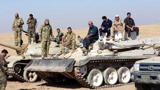 Moszul, 2016. október 18. Kurd harcosok az észak-iraki Moszultól délkeletre 2016. október 18-án. Az elõzõ nap az iraki kormányhadsereg és az iraki kurd erõk, a pesmergák az Egyesült Államok vezette koalíció légi és szárazföldi támogatásával nagyszabású hadmûveletet kezdett Moszul visszafoglalására az Iszlám Állam dzsihadista szervezet fegyvereseitõl. (MTI/EPA/Ahmed Dzsalil)