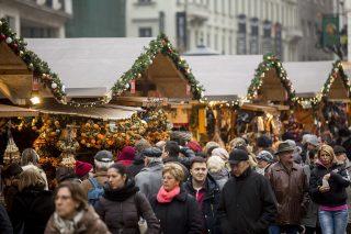 Budapest, 2015. december 20.Érdeklődők a Budapesti Adventi- és Karácsonyi Vásáron a belvárosi Vörösmarty téren advent utolsó, negyedik vasárnapján, a kereskedelemben aranyvasárnap 2015. december 20-án.MTI Fotó: Mohai Balázs