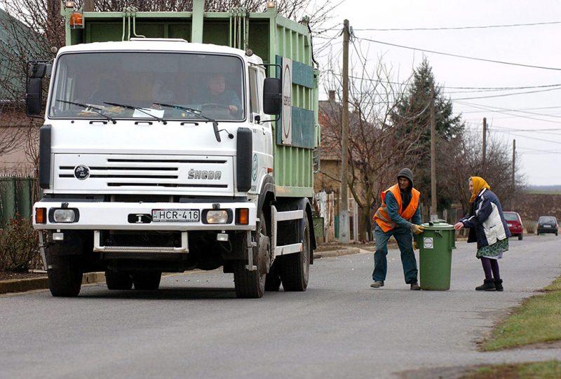 Tura, 2007. január 19.A turai hulladékhasznosító cég munkatársai begyűjtik a háztartási szemetet a falu egyik utcájában. A hulladékgazdálkodó cégek között meghirdetett verseny Arany Doboz Díjával tüntették ki a turai Szelektív Hulladékhasznosító és Környezetvédelmi Kft-t. A cég 2001 óta működik együtt a lakossággal, és Turán kívül Galgahévizen, Vácszentlászlón és Zsámbokon is ők vezették be a szelektív hulladékgyűjtést.MTI Fotó: Honéczy Barnabás