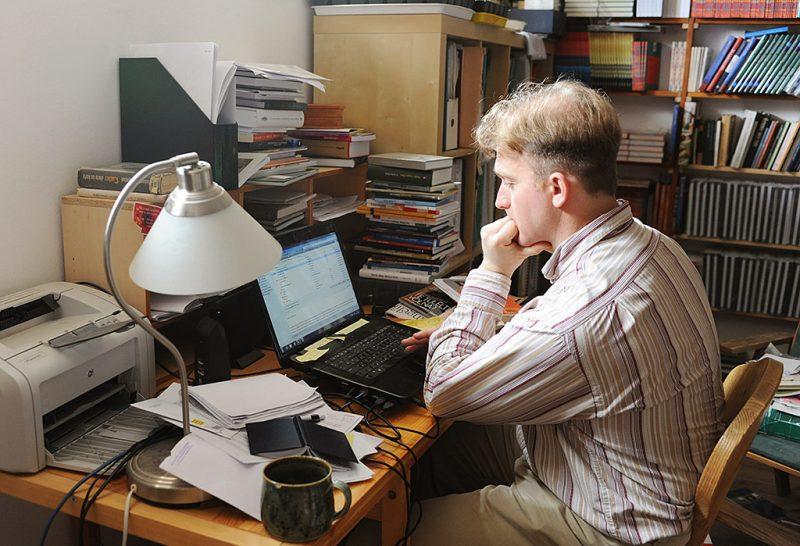 Zsámbék, 2012. március 9.Lackfi János József Attila-díjas író, költő, műfordító zsámbéki otthonában.MTI Fotó: Czimbal Gyula