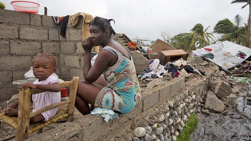 Les Cayes, 2016. október 6.Egy anya és gyermeke megrongálódott otthonuk romjai között Les Cayesben, Haitin 2016. október 6-án, a Matthew névű trópusi vihar elvonulása után. Az elmúlt évtized egyik legerősebb hurrikánjaként számon tartott Matthew heves esőzésekkel és óránkénti 230 kilométeres széllökésekkel söpört végig Haitin, ahol a halálos áldozatok száma elérte a 136 főt. (MTI/AP/Dieu Nalio Chery)