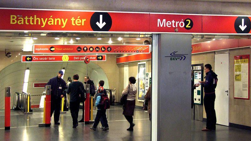 Budapest, 2013. április 14.A jegyeket és bérleteket ellenőrző személyzet fogadja az utasokat a BKK-BKV 2-es (kelet-nyugati) metró vonalának Batthyány téri állomásán, a mozgólépcsők előtt.MTVA/Bizományosi: Jászai Csaba ***************************Kedves Felhasználó!Az Ön által most kiválasztott fénykép nem képezi az MTI fotókiadásának, valamint az MTVA fotóarchívumának szerves részét. A kép tartalmáért és a szövegért a fotó készítője vállalja a felelősséget.