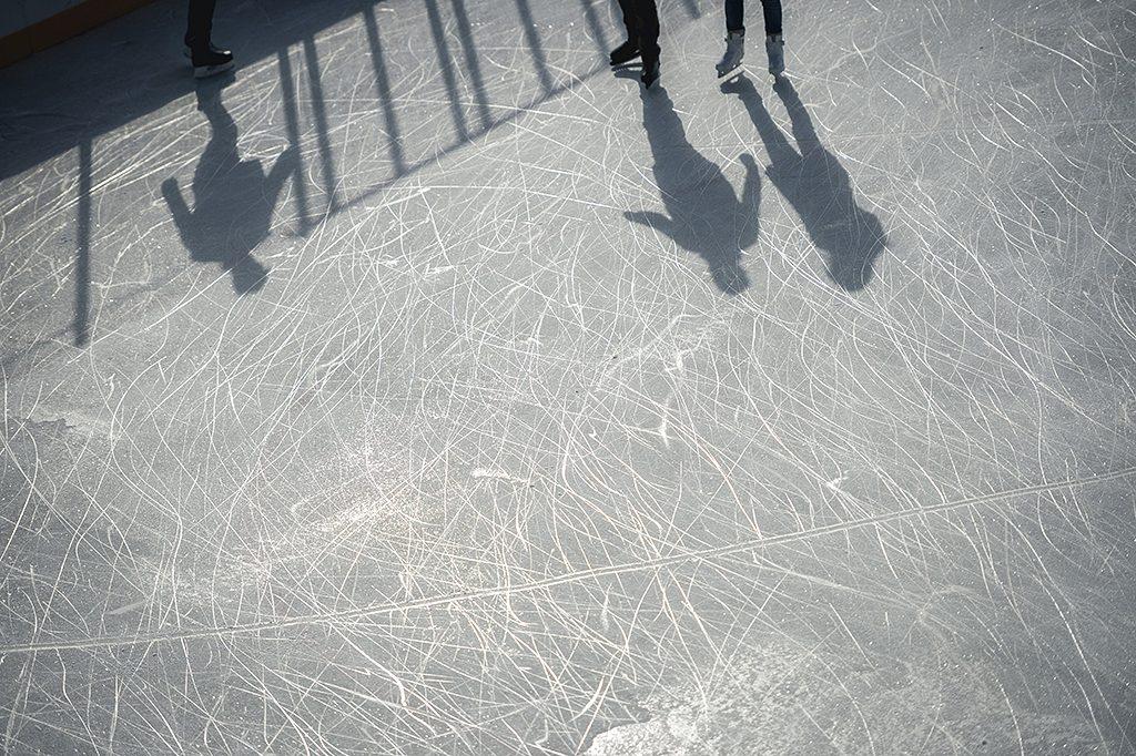 Pécs, 2016. október 30.Korcsolyázók árnyéka a jégen a pécsi műjégpálya nyitónapján, 2016. október 30-án.MTI Fotó: Sóki Tamás