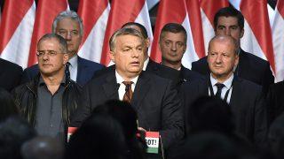 Budapest, 2016. október 2.Orbán Viktor miniszterelnök (középen) beszédet mond a Fidesz-KDNP eredményváró rendezvényén a Bálna Budapest rendezvényközpontban a kvótareferendum napján, 2016. október 2-án. A népszavazást a nem magyar állampolgárok Magyarországra történő kötelező betelepítésével kapcsolatban írták ki. A kormányfő mögött Szájer József fideszes európai parlamenti (EP-) képviselő, Pelczné Gáll Ildikó, az Európai Parlament (EP) néppárti alelnöke, Gulyás Gergely, az Országgyűlés törvényalkotásért felelős fideszes alelnöke, Kósa Lajos, a Fidesz parlamenti frakcióvezetője, Semjén Zsolt nemzetpolitikáért felelős miniszterelnök-helyettes, Kubatov Gábor, a Fidesz alelnöke, a párt országos pártigazgatója, Simicskó István honvédelmi miniszter, Kocsis Máté, a VIII. kerület fideszes polgármestere (takarásban), Láng Zsolt, a II. kerület fideszes polgármestere és Gyürk András, a Fidesz-KDNP európai parlamenti delegációjának vezetője (b-j).MTI Fotó: Koszticsák Szilárd