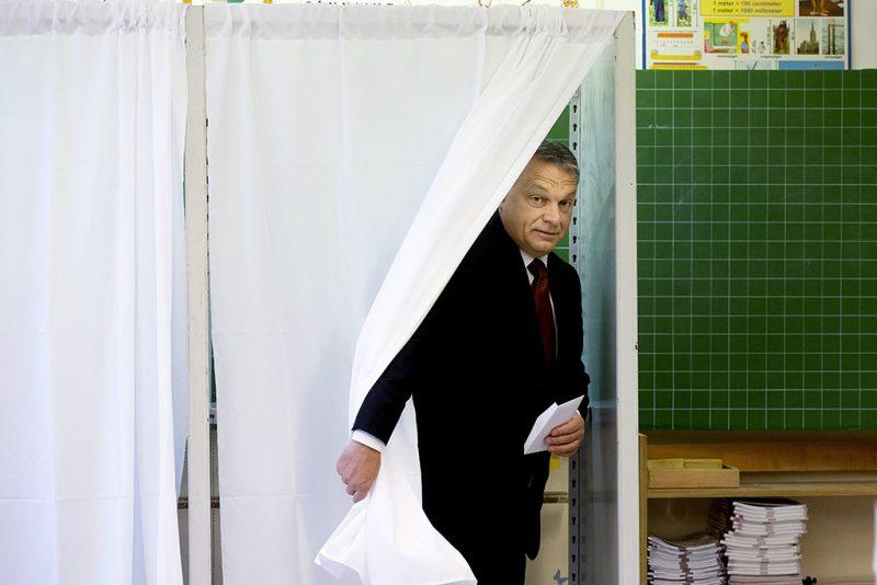 Budapest, 2016. október 2.Orbán Viktor miniszterelnök a XII. kerületi Zugligeti Általános Iskolában kialakított 53. számú szavazókörben a kvótareferendum napján, 2016. október 2-án. A népszavazást a nem magyar állampolgárok Magyarországra történő kötelező betelepítésével kapcsolatban írták ki.MTI Fotó: Koszticsák Szilárd