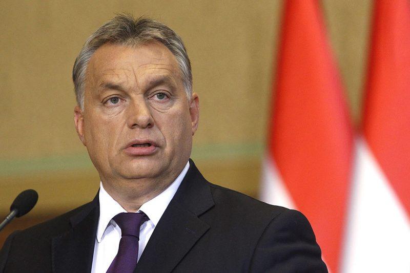 Budapest, 2016. október 4.Orbán Viktor miniszterelnök beszél a Kósa Lajossal, a Fidesz frakcióvezetőjével az október 2-ai kvótareferendummal kapcsolatban közösen tartott sajtótájékoztatón az Országházban 2016. október 4-én.MTI Fotó: Szigetváry Zsolt
